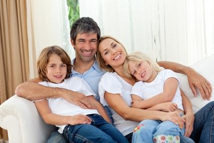 famille confortablement installée dans leur canapé