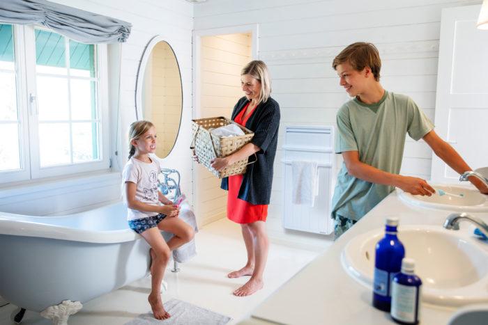 salle de bain avec famille et radiateur seche-serviette